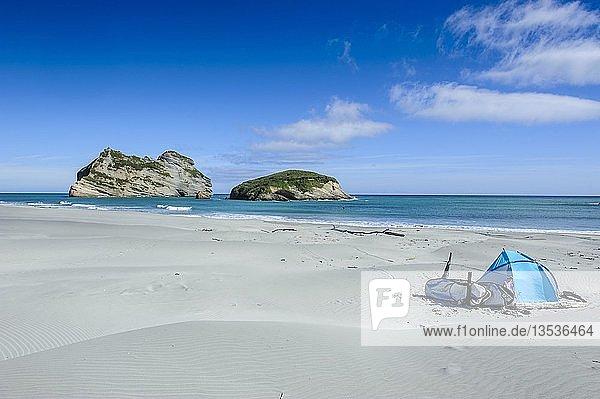 Camping-Zelt am Wharariki Beach  dahinter Archway Islands  Südinsel  Neuseeland  Ozeanien