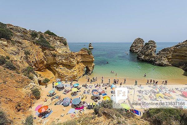 Touristen und Badegäste am Sandstrand  Praia do Camilo  Algarve Felsenküste  Lagos  Portugal  Europa