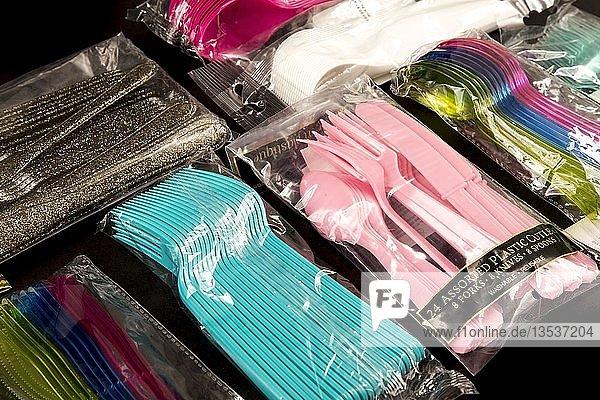 Großpackung von Plastikbesteck  Einwegbesteck  Messer  Gabeln  Löffel  Plastikmüll  verschiedene Farben  Arten