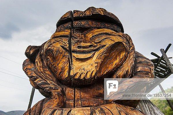 Kopf einer Holzfigur  traditionelle Holzschnitzerei im Ewenen Museum  Esso  Kamchatka  Russland  Europa