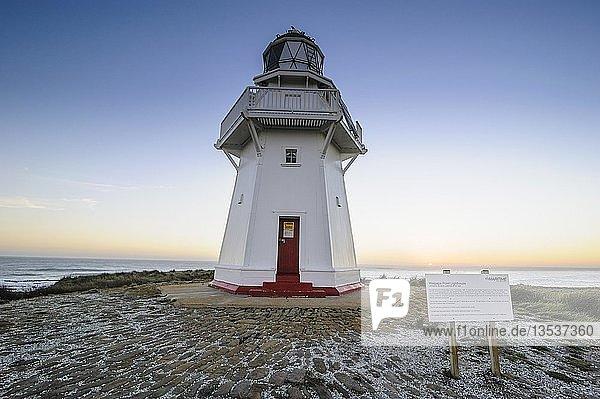 Waipapa Point Leuchtturm bei Sonnenuntergang  The Catlins  Südinsel  Neuseeland  Ozeanien