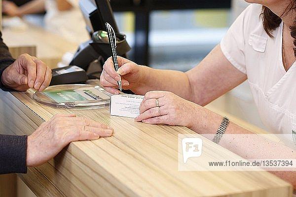 Apothekerin mit Kunde in der Apotheke  Medikamentenabgabe  Tschechien  Europa
