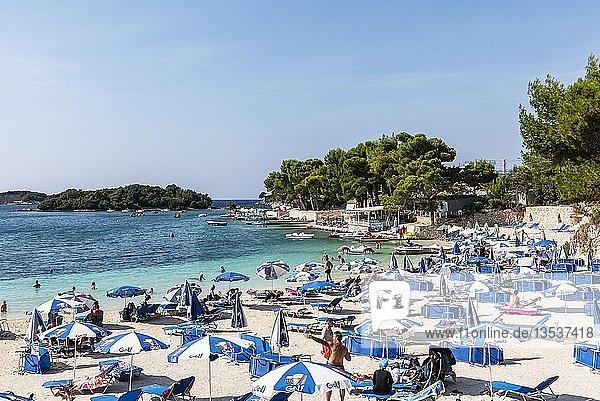 Touristen am Strand  Badebucht  Badeort  Ksamil  Saranda  Ionisches Meer  Albanien  Europa