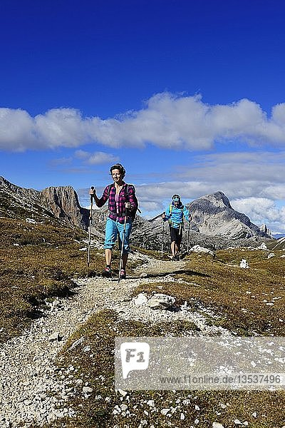 Wanderinnen vor dem Großen Rosskopf  Prags  Sextner Dolomiten  Südtirol  Italien  Europa
