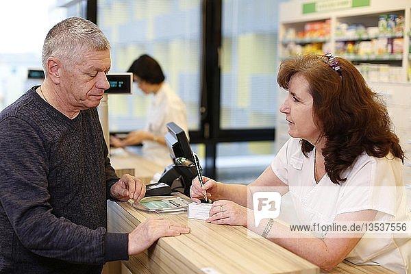 Kunde wird von Apothekerin in der Apotheke beraten  Tschechien  Europa