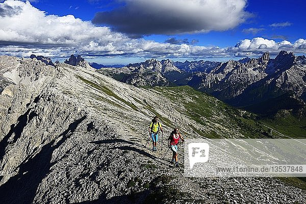 Wanderer beim Aufstieg von der Plätzwiese zum Gipfel des Dürrenstein  im Hintergrund Monte Cristallo und die Drei Zinnen  Sextener Dolomiten  Hochpustertal  Südtirol  Italien  Europa