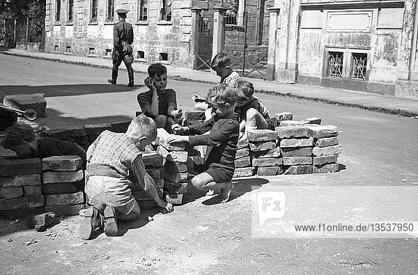 Trümmerziegel als Spielzeug  1947  Leipzig  Sachsen  DDR  Deutschland  Europa