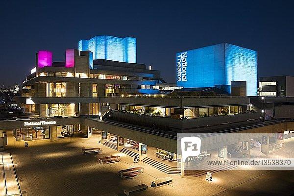 National Theater  Nachtaufnahme  Southwark  London  England  Großbritannien  Europa