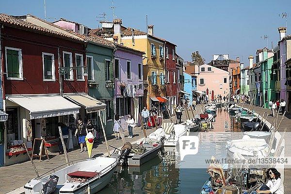 Typische bunte Häuser am Kanal  Insel Burano  Venedig  Venetien  Italien  Europa