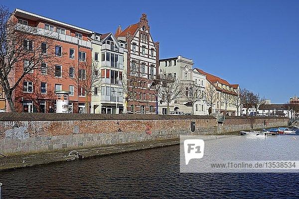 Blick vom Querkanal auf alte Backsteinbauten am Hafen der Hansestadt Stralsund  Unesco Weltkultererbe  Mecklenburg-Vorpommern  Deutschland  Europa  ÖffentlicherGrund  Europa
