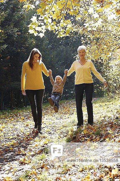 Drei Generationen von Frauen. Großmutter  Tochter  Enkelin beim Spaziergang in Herbstwald  Tschechien  Europa