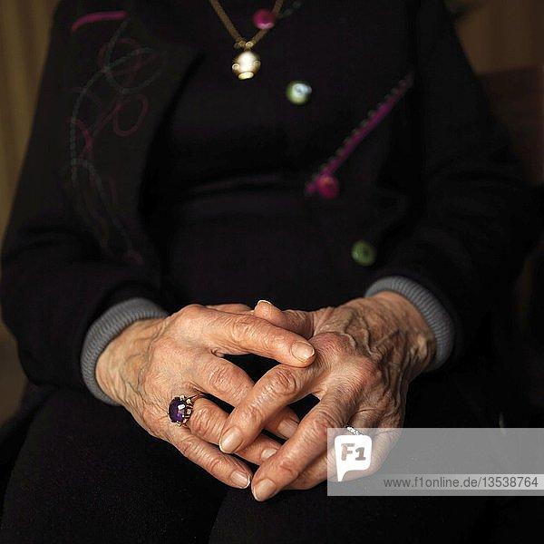 Nahaufnahme  gefaltete Hände einer alten Frau  Frankreich  Europa