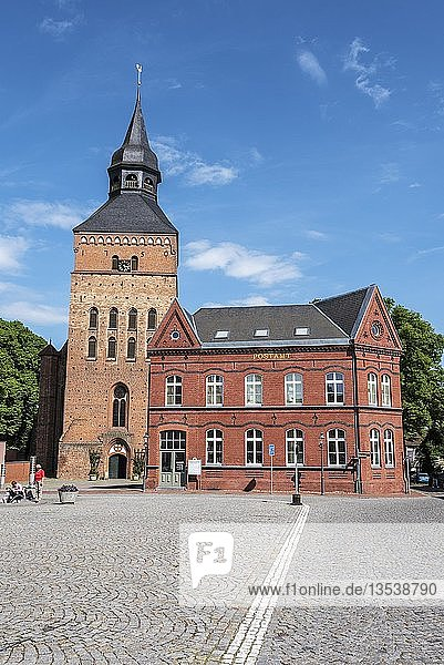 Kirche  Backsteingotik  Postamt  Marktplatz  Sternberg  Mecklenburg-Vorpommern  Deutschland  Europa
