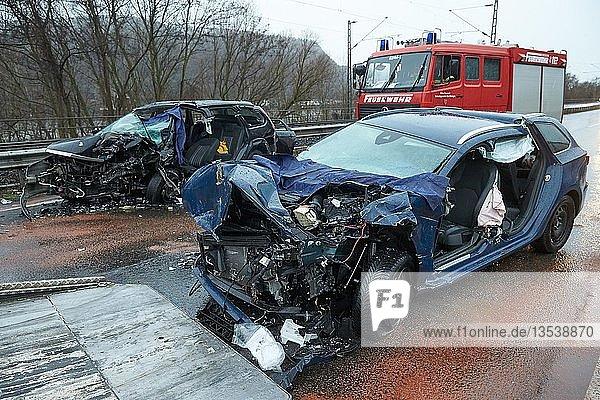 Verkehrsunfall  Totalschaden  auf der Bundesstrasse 42 bei Hammerstein zwischen Neuwied und Rheinbrohl  Hammerstein  Rheinland-Pfalz  Deutschland  Europa