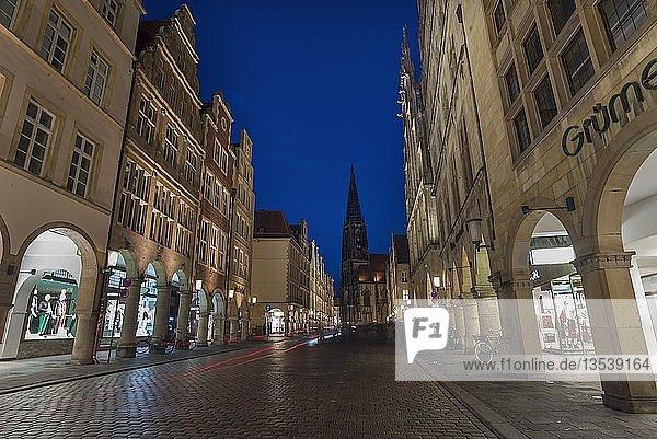 Historische Giebelhäuser mit Arkaden in der Abenddämmerung  hinten die Lambertikirche  Prinzipalmarkt  Münster  Nordrhein-Westfalen  Deutschland  Europa