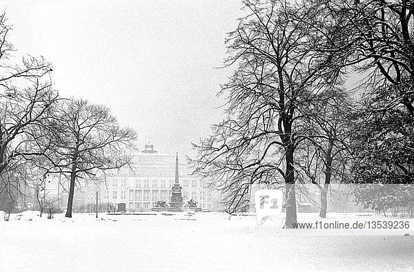 Karl-Marx-Platz heute Augustusplatz im Winter  Blick zum Mendelbrunnen und Opernhaus  1963  Leipzig  Sachsen  DDR  Deutschland  Europa