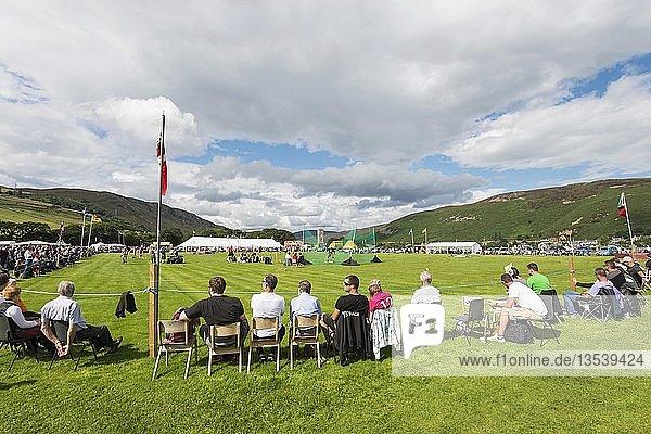 Zuschauer sitzen am Spielfeld während der Helmsdale Highland Games  Grafschaft Sutherland  Schottland  Großbritannien  Europa