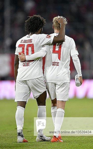 Glückliche Spieler Caiuby FC Augsburg umarmt Felix Götze FC Augsburg  Allianz Arena  München  Bayern  Deutschland  Europa
