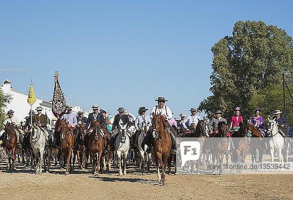 Leute in traditioneller Kleidung reiten Pferde  Pfingsten  Wallfahrt von EL Rocio  Huelva-Provinz  Andalusien  Spanien  Europa