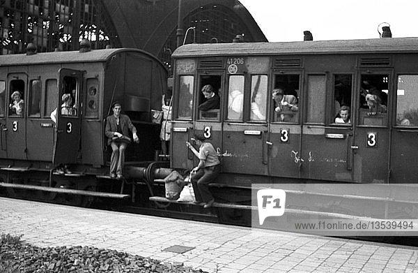Trittbrettfahrer auf dem Puffer  1947  Hauptbahnhof  Leipzig  Sachsen  DDR  Deutschland  Europa