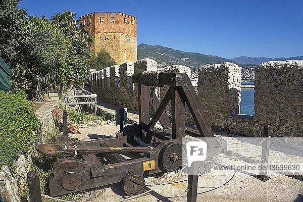Mittelalterliches Katapult auf der Burgmauer am roten Turm (Kizil Kule)  Wahrzeichen von Alanya  türkische Riviera  Türkei  Asien