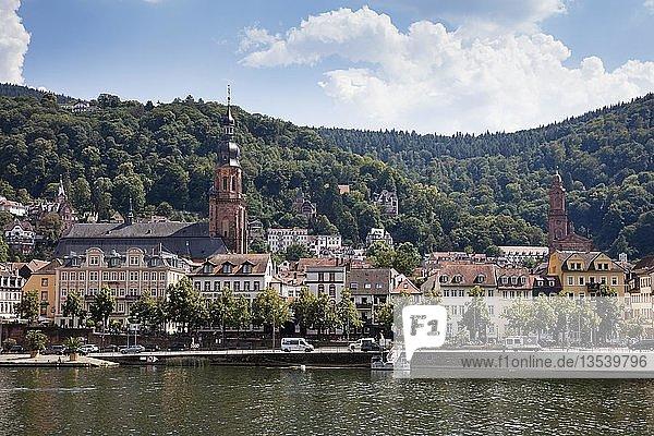 Stadtansicht mit Heiliggeistkirche am Ufer des Neckar  Heidelberg  Baden-Württemberg  Deutschland  Europa
