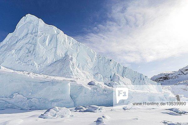 Eisberg  Fotograf auf gefrorenem Fjord  Küste von Baffin Island  Davis Straight  Nunavut  Kanada  Nordamerika