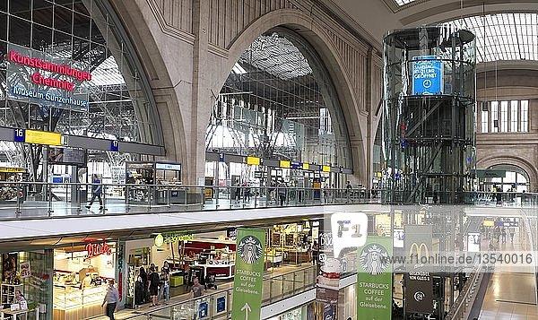 Innenansicht  Hauptbahnhof Leipzig mit Einkaufszentrum Promenaden  Leipzig  Sachsen  Deutschland  Europa