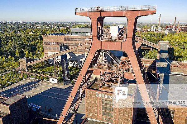 Welterbe Zeche Zollverein in Essen  Doppelbock Fördergerüst von Schacht 12  Ruhrmuseum im Gebäude der ehemaligen Kohlenwäsche  Drohnenaufnahme  Essen  Nordrhein-Westfalen  Deutschland  Europa