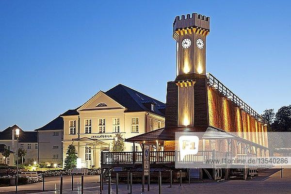 Illuminiertes Gradierwerk Uhrenturm in der blauen Stunde  Bad Salzuflen  Teutoburger Wald  Ostwestfalen-Lippe  Nordrhein-Westfalen  Deutschland  Europa