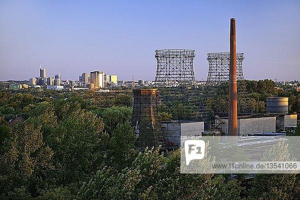 Kühltürme der Kokerei Zollverein und der Skyline der Innenstadt  Essen  Ruhrgebiet  Nordrhein-Westfalen  Deutschland  Europa