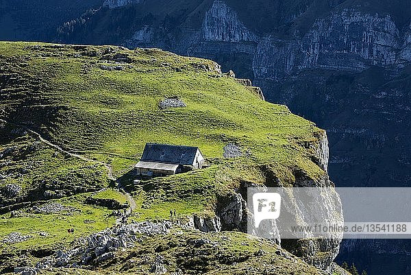 Alp Chlus auf einem exponierten Felsen in den Appenzeller Alpen  Kanton Appenzell Innerrhoden  Schweiz  Europa