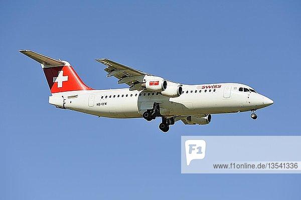 BAE Systems Avro 146-RJ100 der Airline Swiss beim Landeanflug zum Flughafen Zürich  Schweiz  Europa