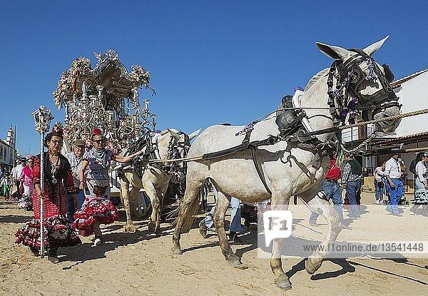 Frauen in bunten Kleidern neben einem verzierten Wagen  Pfingsten  Wallfahrt von EL Rocio  Huelva-Provinz  Andalusien  Spanien  Europa