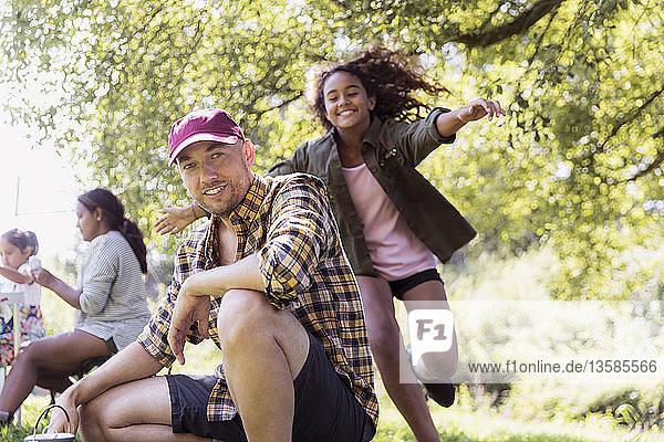 Glückliche Tochter  die ihren Vater auf dem Campingplatz umarmt