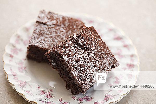 Schokoladen-Brownie mit Puderzucker