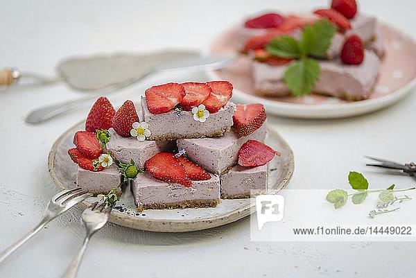 Cashew-Erdbeer-Pie  in Stücke geschnitten