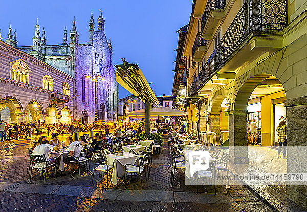 View of Duomo and restaurants in Piazza del Duomo at dusk  Como  Province of Como  Lake Como  Lombardy  Italy