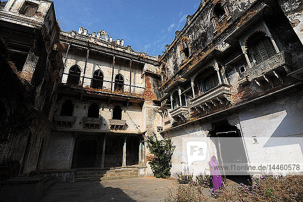 Inner courtyard inside the derelict but beautiful 19th century royal Raj Mahal  high in the hills of Santrampur  Gujarat  India