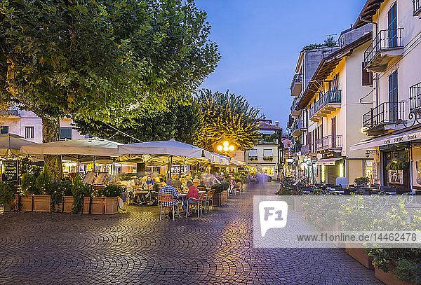 View of restaurants and souvenir shops in Stresa at dusk  Lago Maggiore  Piedmont  Italian Lakes  Italy