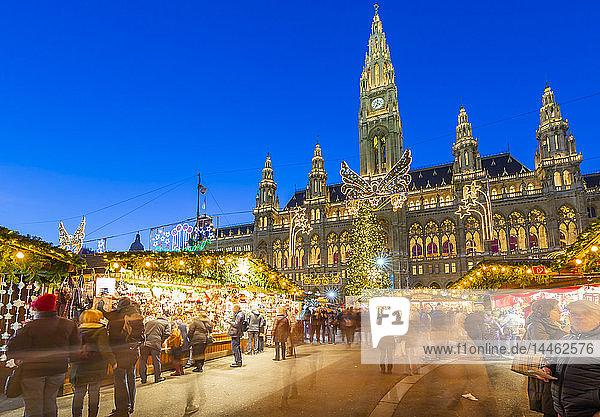 Rathaus and Christmas market stalls at night in Rathausplatz  Vienna  Austria