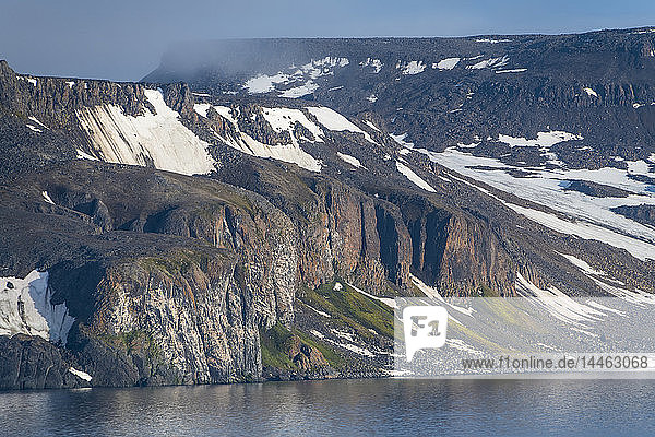 Green cliff in the glacier covered mountains of Franz Josef Land archipelago  Arkhangelsk Oblast  Arctic  Russia