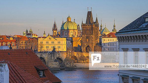 Charles Bridge (Karluv Most) over River Vltava  UNESCO World Heritage Site  Prague  Czech Republic  Europe