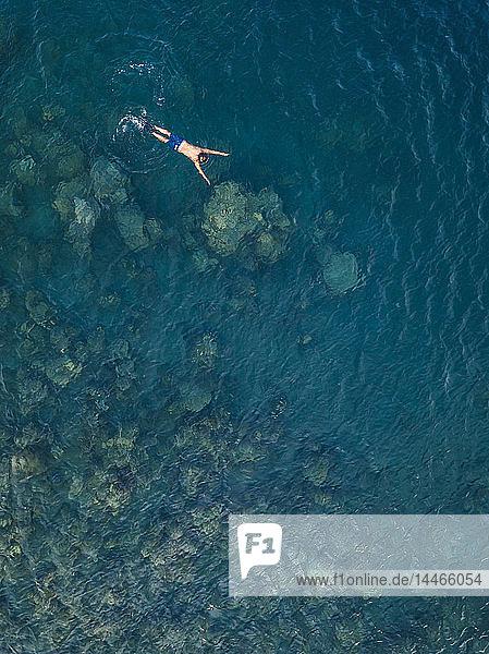 Mann beim Schnorcheln im Ozean