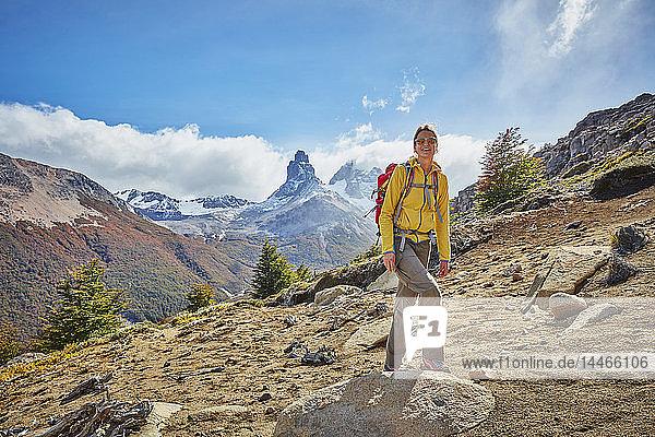 Chile  Cerro Castillo  Frau auf einer Wanderung in den Bergen