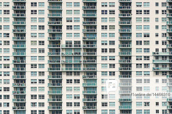 USA  Florida  Miami  Venezianische Inseln  Fassade eines Apartment-Turms mit Balkonen