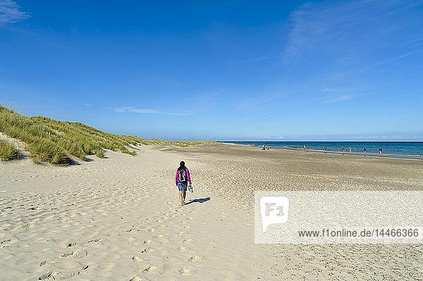 Dänemark  Jütland  Skagen  Grenen  Frau am Strand