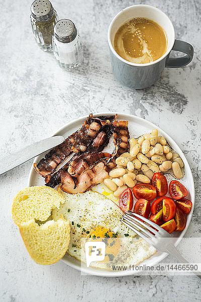 Frühstück mit Tomaten  weißen Bohnen
