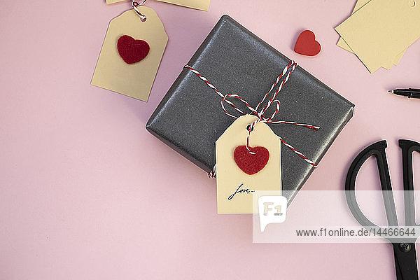 Valentinstagsgeschenk auf rosa Hintergrund