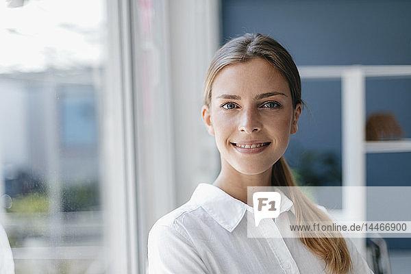 POrtrait einer selbstbewussten   jungen Frau